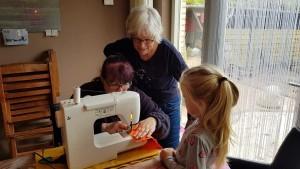 Sandra aan de naaimachine